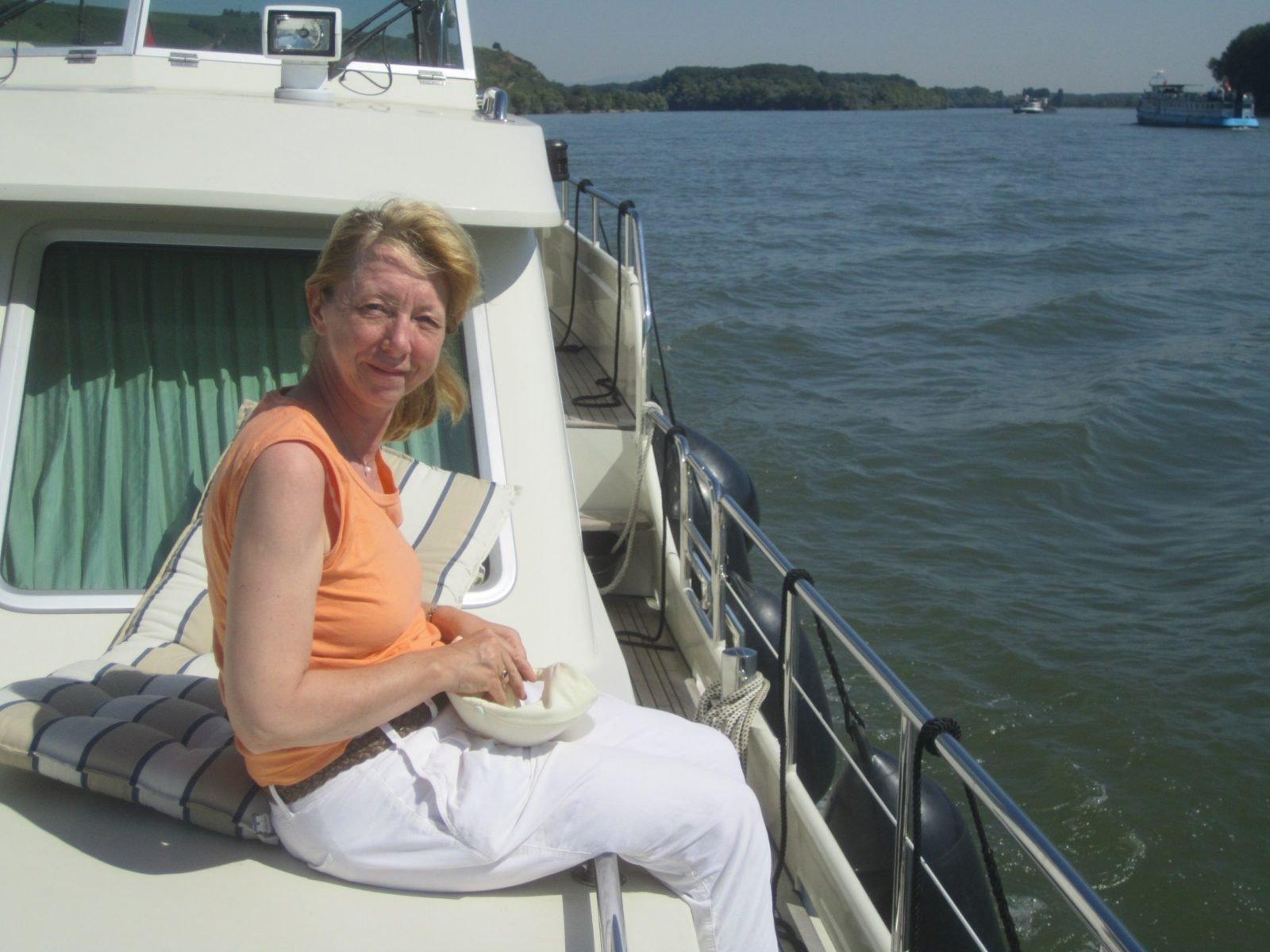Sabine Lutz auf ihrem Boot.