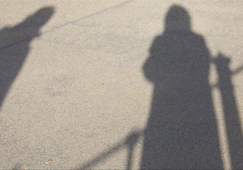 Zwei Schatten auf dem Asphalt
