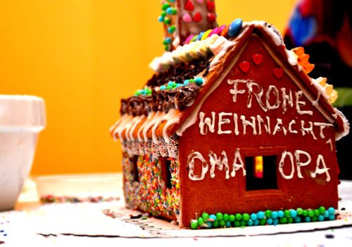 Ein Lebkuchenhaus mit der Aufschrift: Frohe Weihnachten Oma und Opa