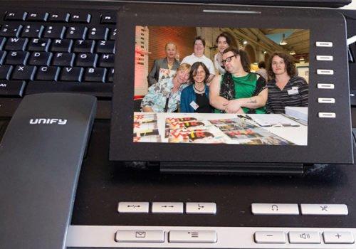 Ansicht eines Telefons mit einem Foto einer Gruppe im Display
