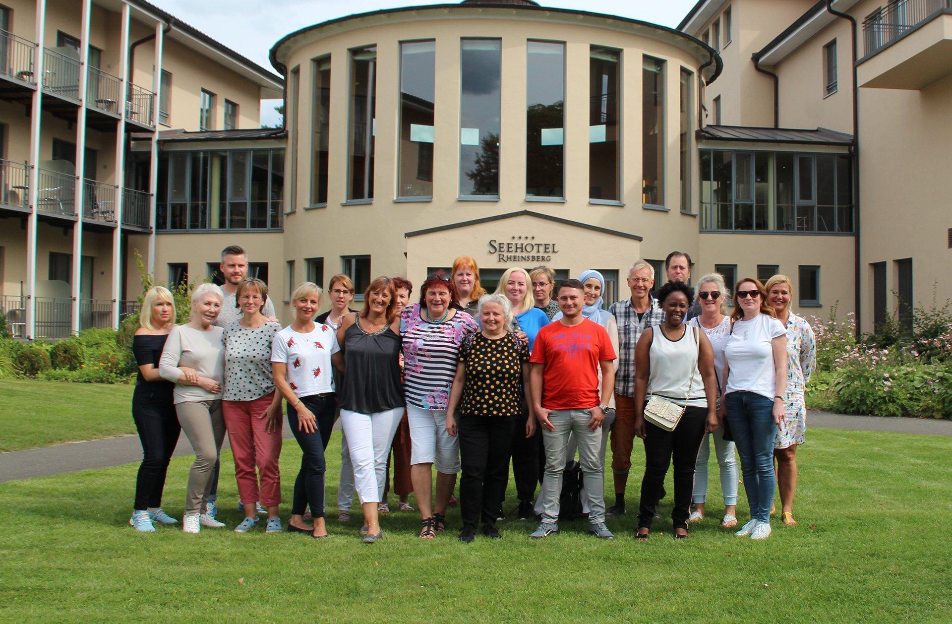 Mitarbeiterinnen und Mitarbeiter des AD auf einem Gruppenfoto vor dem Seehotel Rheinsberg