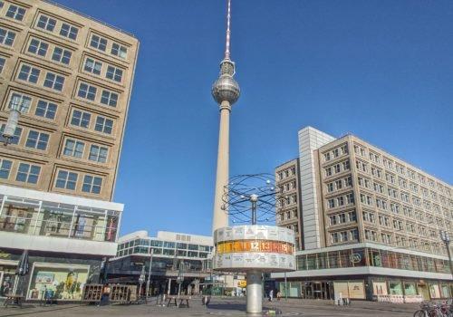 Zu sehen ist der Blick vom Alexanderplatz auf die Weltzeituhr und im Hintergrund den Berliner Fernsehturm.