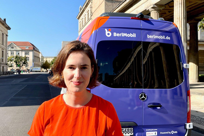 Valerie von der Tann vor einem neuen BerlMobil-Wagen.