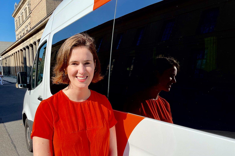 Valerie von der Tann vor einem neuen Wagen des BerlMobils.