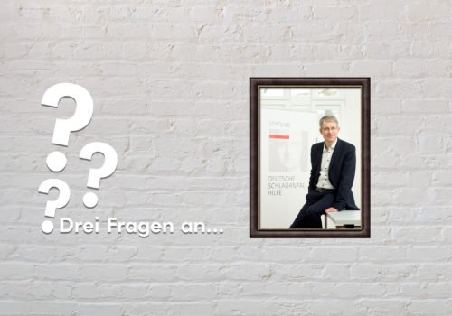 Fotomontage: Eine weiße Steinwand - darauf ein Rahmen, in den ein Bild von Dr. Michael Brinkmeier montiert ist, daneben der Schriftzug Drei Fragen an... und drei Fragezeichen.