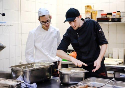 Ein Koch-Azubi am Arbeitsplatz im Ausbildungsbetrieb.