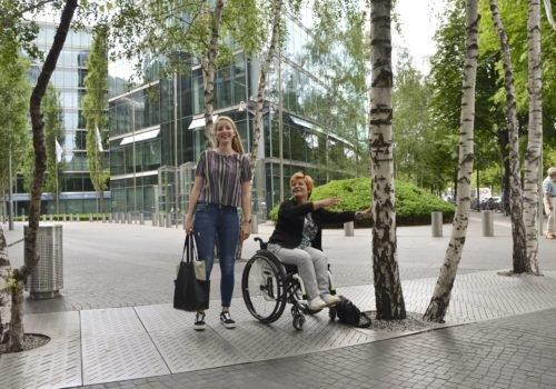 Cindy Klink und WIR-Redakteurin Kirsten Heil vor dem Sony Center in Berlin. Beide lachen.