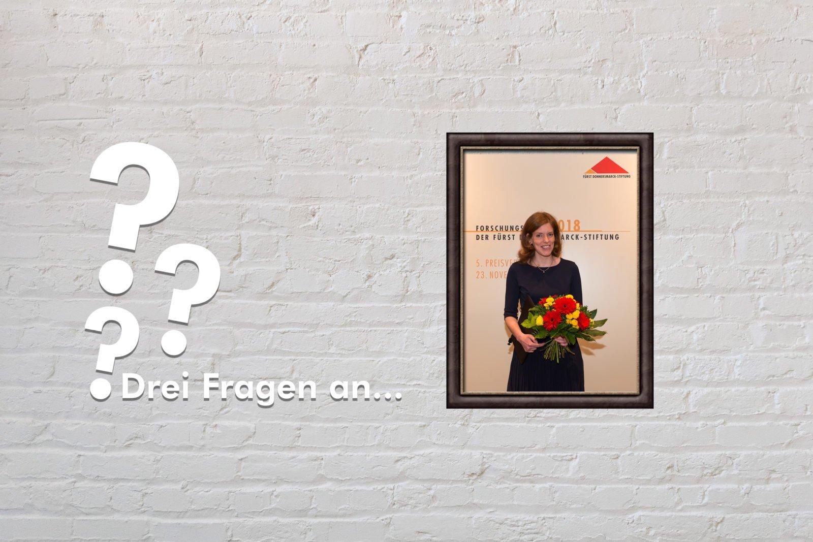 """Zu sehen ist ein Bild von Sonja Suntrup-Krüger auf der Verleihung des Forschungspreis 2018 sowie drei Fragezeichen und der Titel """"Drei Fragen an"""""""