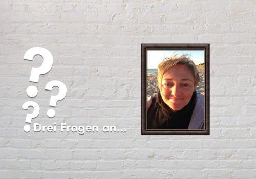 Fotomontage: Eine weiße Steinwand - darauf ein Rahmen, in den ein Bild von Rebecca Maskos montiert ist, daneben der Schriftzug Drei Fragen an... und drei Fragezeichen.