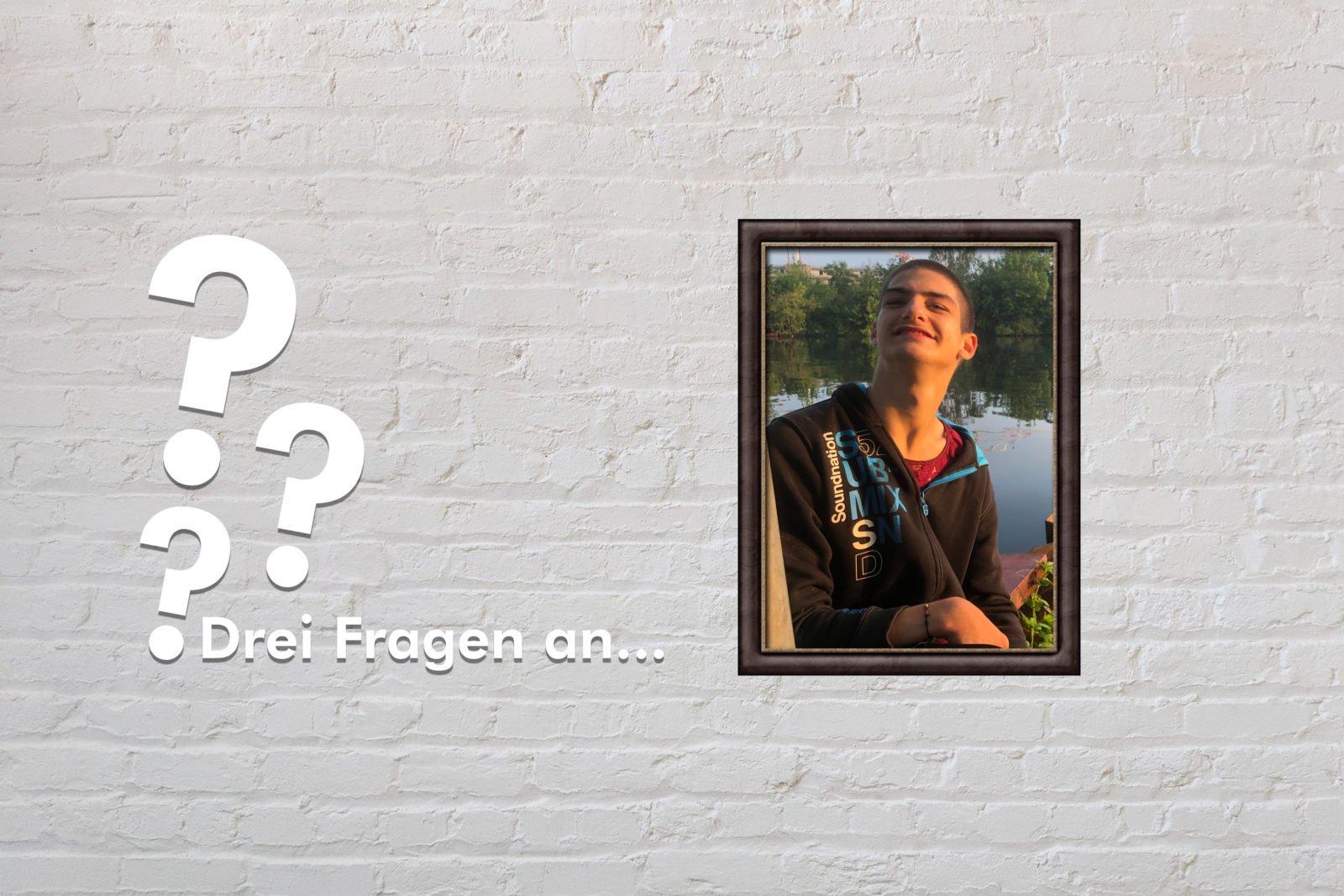 Fotomontage: Eine weiße Steinwand - darauf ein Rahmen, in den ein Bild von Linus Bade montiert ist, daneben der Schriftzug Drei Fragen an... und drei Fragezeichen.