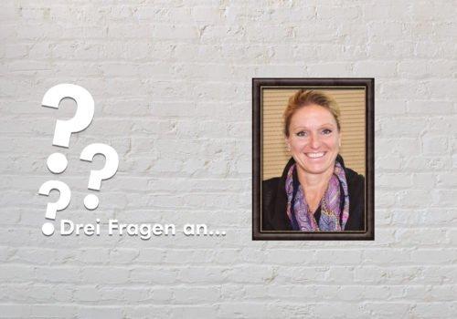 Fotomontage: Eine weiße Steinwand - darauf ein Rahmen, in den ein Bild von Kirsten Bruhn montiert ist, daneben der Schriftzug Drei Fragen an... und drei Fragezeichen.