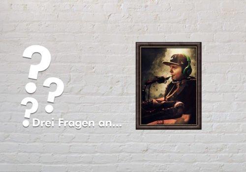 Fotomontage: Eine weiße Steinwand - darauf ein Rahmen, in den ein Bild von Dennis Winkens (stilisiert) montiert ist, daneben der Schriftzug Drei Fragen an... und drei Fragezeichen.