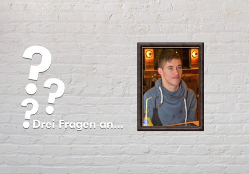 Fotomontage: Eine weiße Steinwand - darauf ein Rahmen, in den ein Bild von Jasper Dombrowski montiert ist, daneben der Schriftzug Drei Fragen an... und drei Fragezeichen.