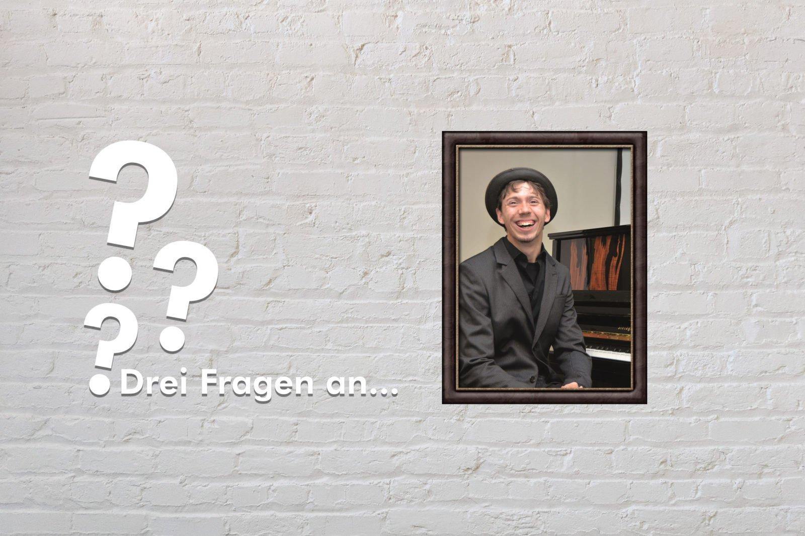 Fotomontage: Eine weiße Steinwand - darauf ein Rahmen, in den ein Bild von Lucca Keller montiert ist, daneben der Schriftzug Drei Fragen an... und drei Fragezeichen.