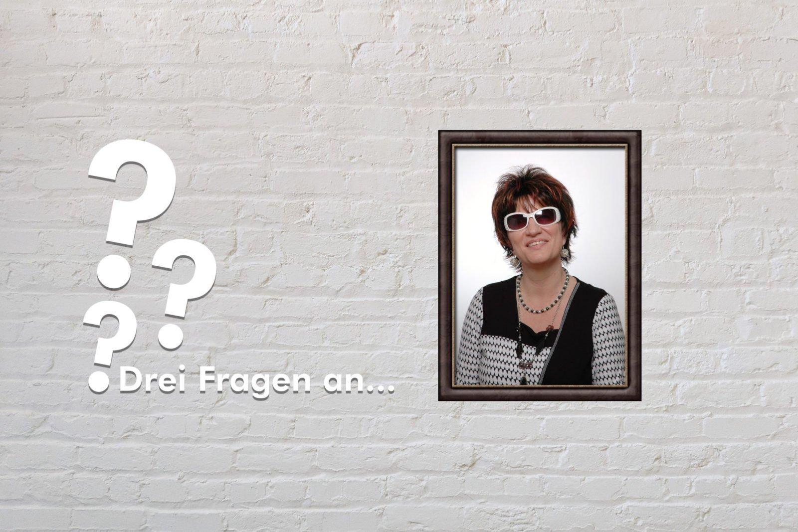 Fotomontage: Eine weiße Steinwand - darauf ein Rahmen, in den ein Bild von Silja Korn montiert ist, daneben der Schriftzug Drei Fragen an... und drei Fragezeichen.