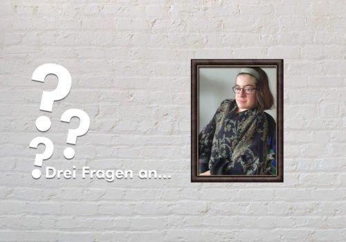 Fotomontage: Eine weiße Steinwand - darauf ein Rahmen, in den ein Bild von Laura Mench montiert ist, daneben der Schriftzug Drei Fragen an... und drei Fragezeichen.