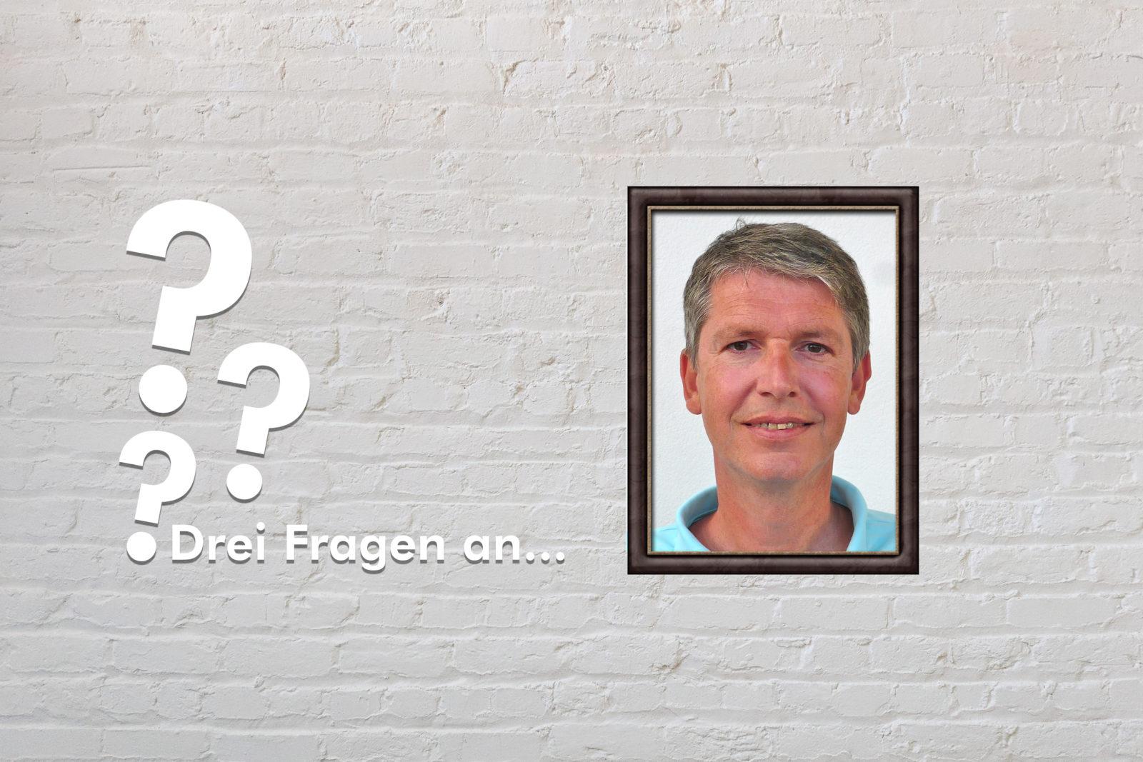 Fotomontage: Eine weiße Steinwand - darauf ein Rahmen, in den ein Bild von Dominik Peter montiert ist, daneben der Schriftzug Drei Fragen an... und drei Fragezeichen.
