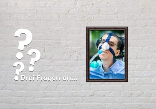 Fotomontage: Eine weiße Steinwand - darauf ein Rahmen, in den ein Bild von Marcel Renz montiert ist, daneben der Schriftzug Drei Fragen an... und drei Fragezeichen.