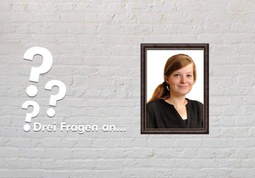 Fotomontage: Eine weiße Steinwand - darauf ein Rahmen, in den ein Bild von Judyta Smykowski montiert ist, daneben der Schriftzug Drei Fragen an... und drei Fragezeichen.