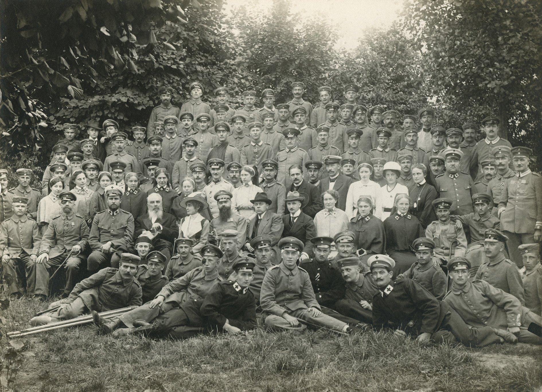 Ein historisches Gruppenfoto aus dem Versehrten-Lazarett.