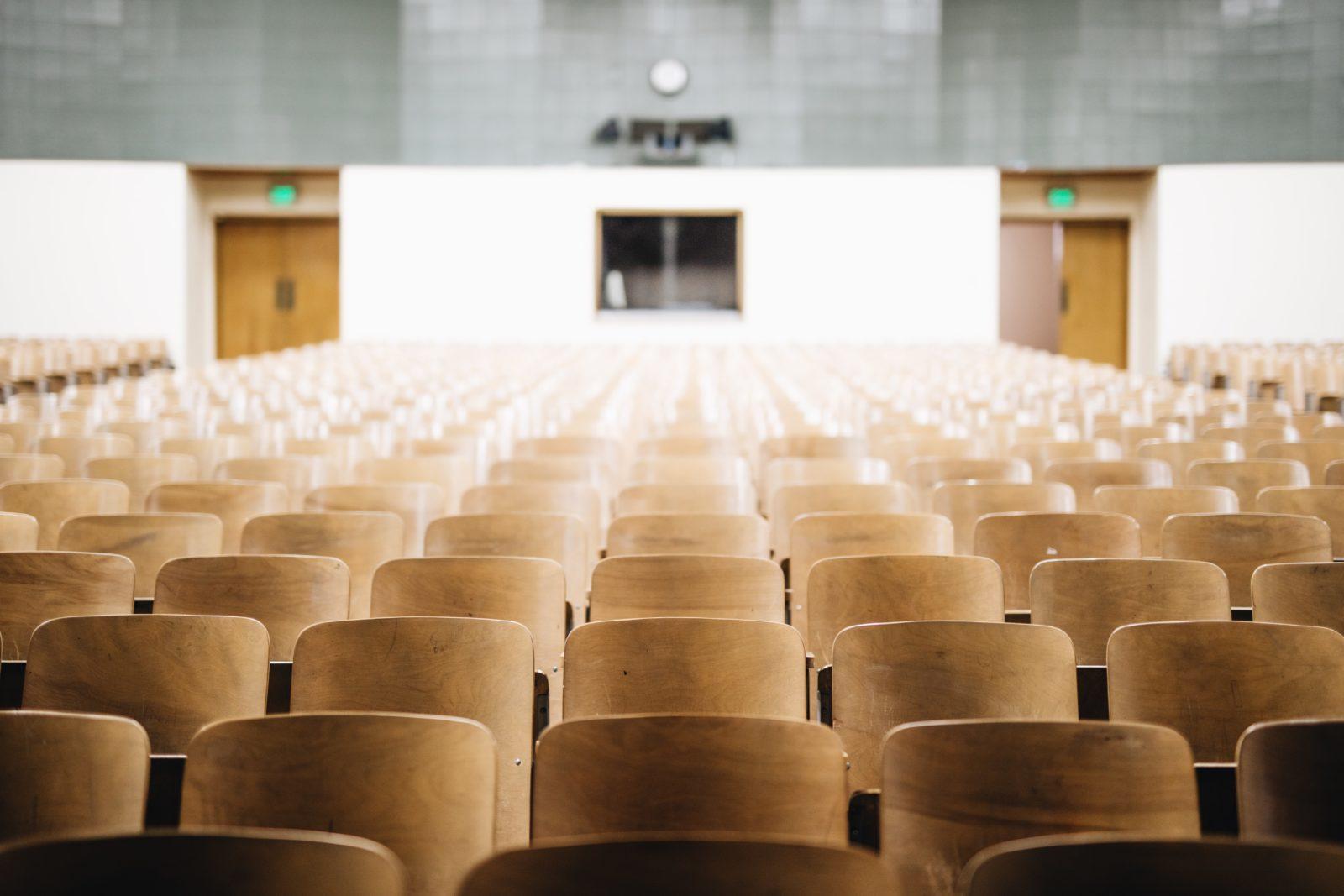 Leere Stühle in einem Hörsaal.