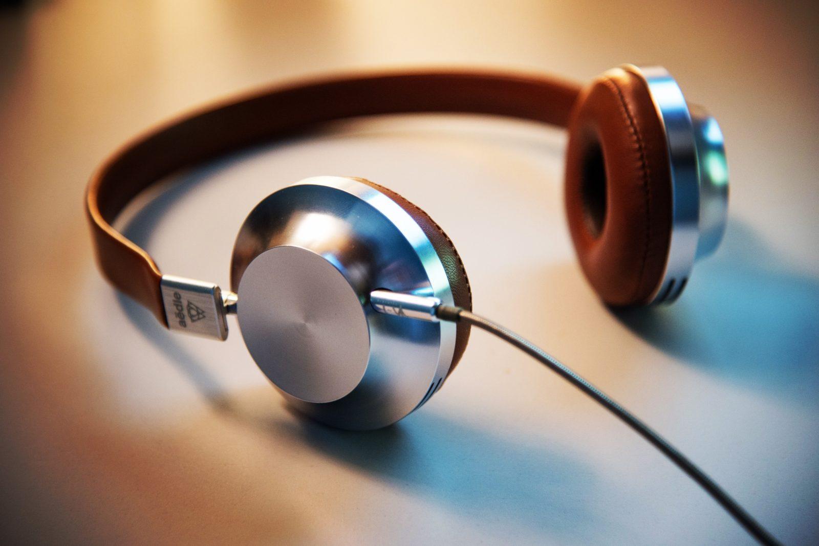 Over-Ear-Kopfhörer mit Kabel auf einem weißen Tisch.