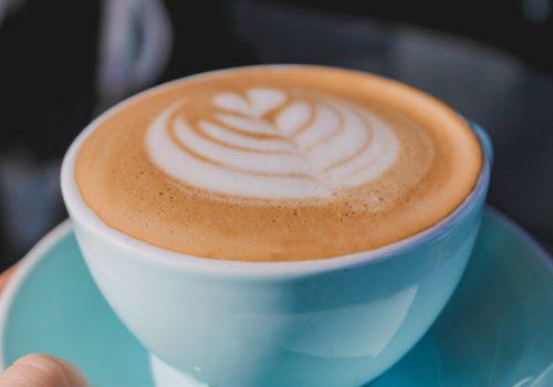 Nahaufnahme eines Milchkaffees