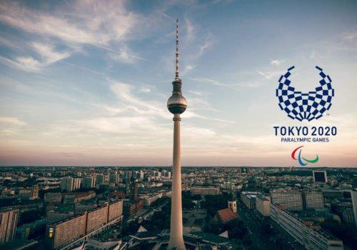 Eine Aufnahme über den Dächern von Berlin, in der Mitte der Fernsehturm. Ins BIld montiert das Logo der Tokyo 2020 Paralympic Games.