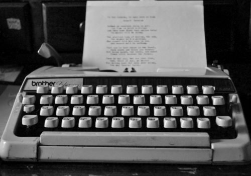 Schwarz-Weiß-Foto einer alten Schreibmaschine.