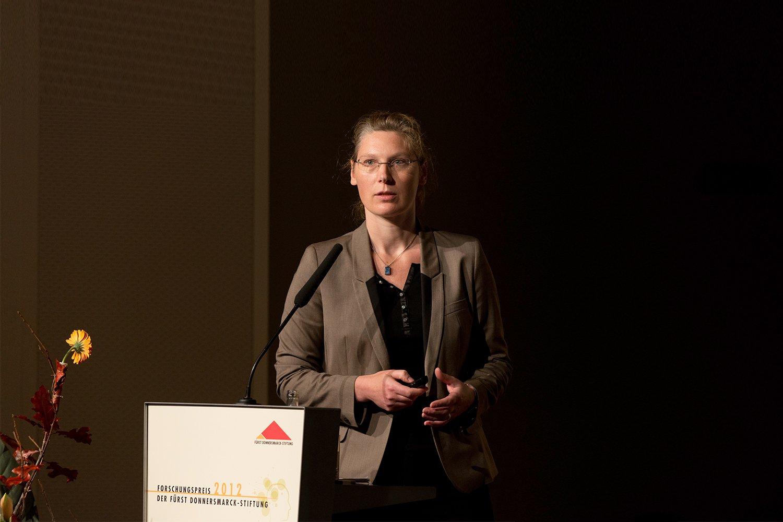 Stefanie Brühl am Rednerpult bei der Forschungspreisverleihung im Jahr 2012